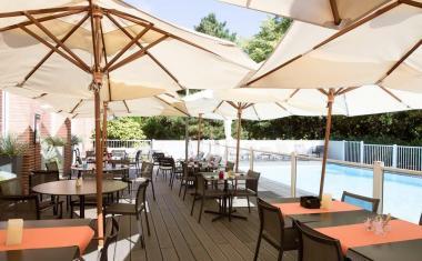 Décor pour votre tournage : terrasse et piscine du Novotel de Compans